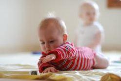 bebe movimiento libre se estira para agarrar juguete