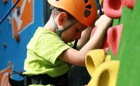 niño aprende a escalar