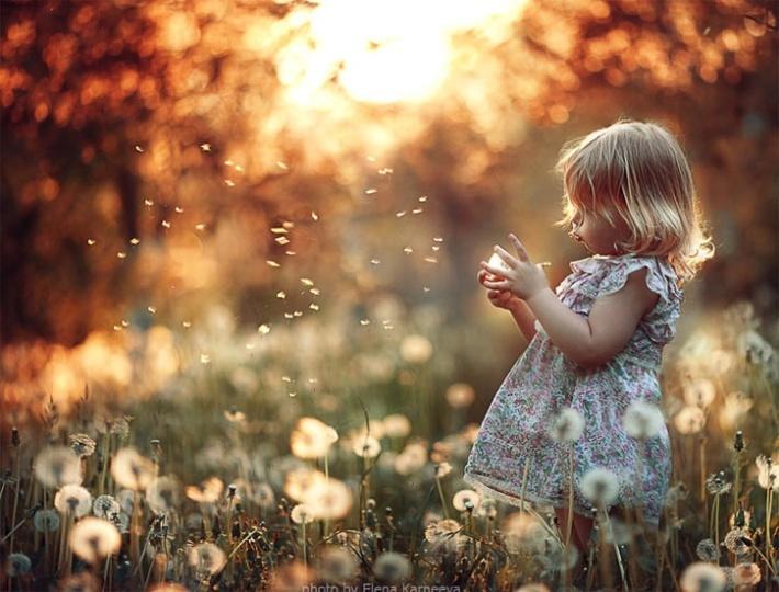 niña jugando con plumerillos