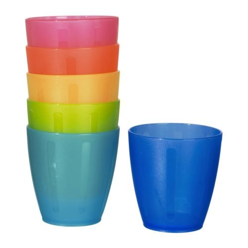 estos vasitos los compre para jugar al speed stack y terminaron siendo un favorito de La Casa Naranja. Me avivé que también son vasos y reservé los verdes para servir el agua en las meriendas.